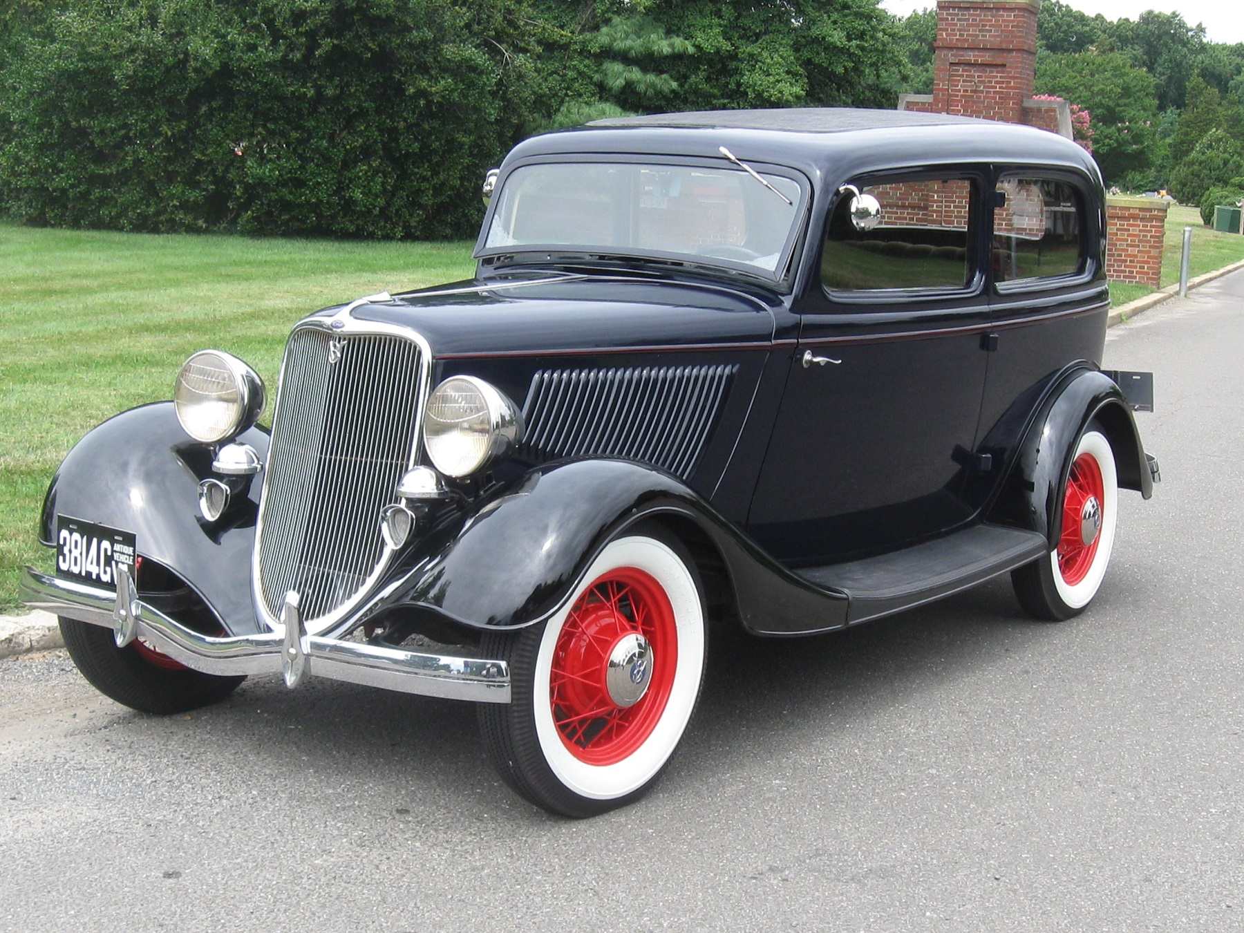 1933 Ford V-8 Sedan was Popular with the Public & 1933 Ford: V-8 Sedan was Popular with the Public - CarHub markmcfarlin.com